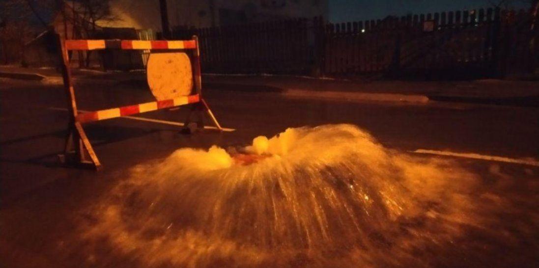 Луцьку вулицю заливає гарячою водою (відео)