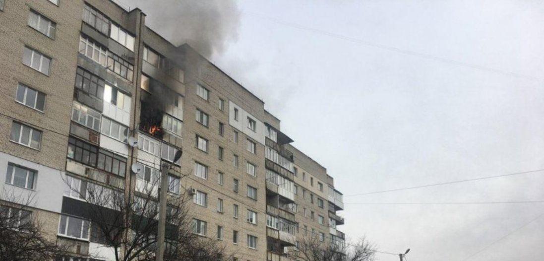 У луцькій багатоповерхівці горить балкон (фото)