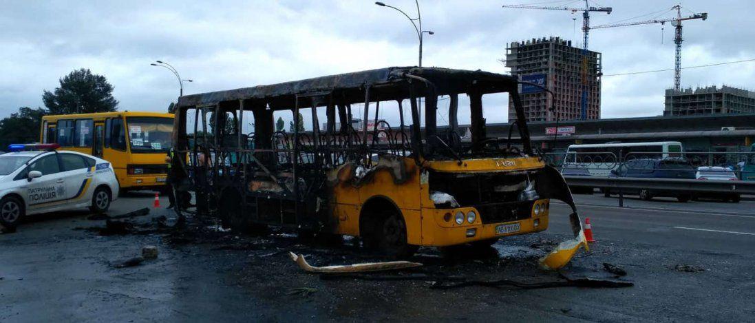 У Києві під час руху горіла маршрутка (відео)