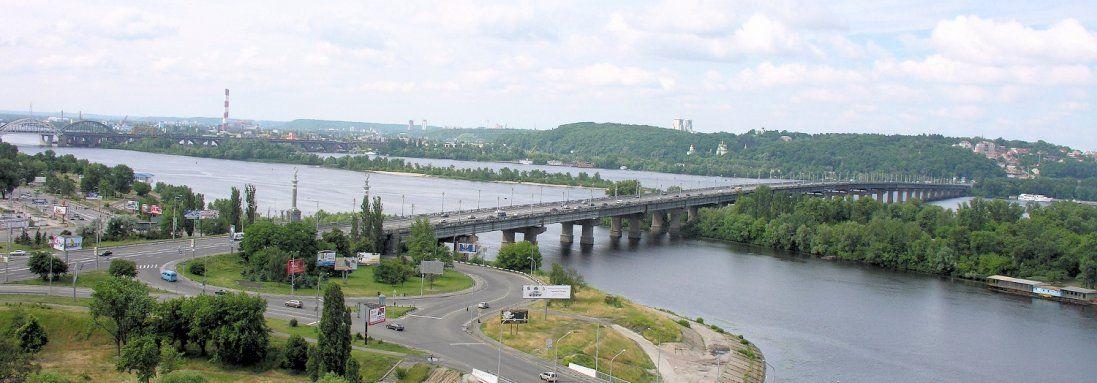 У Києві через прорив трубопроводу з моста ллється окріп (відео)