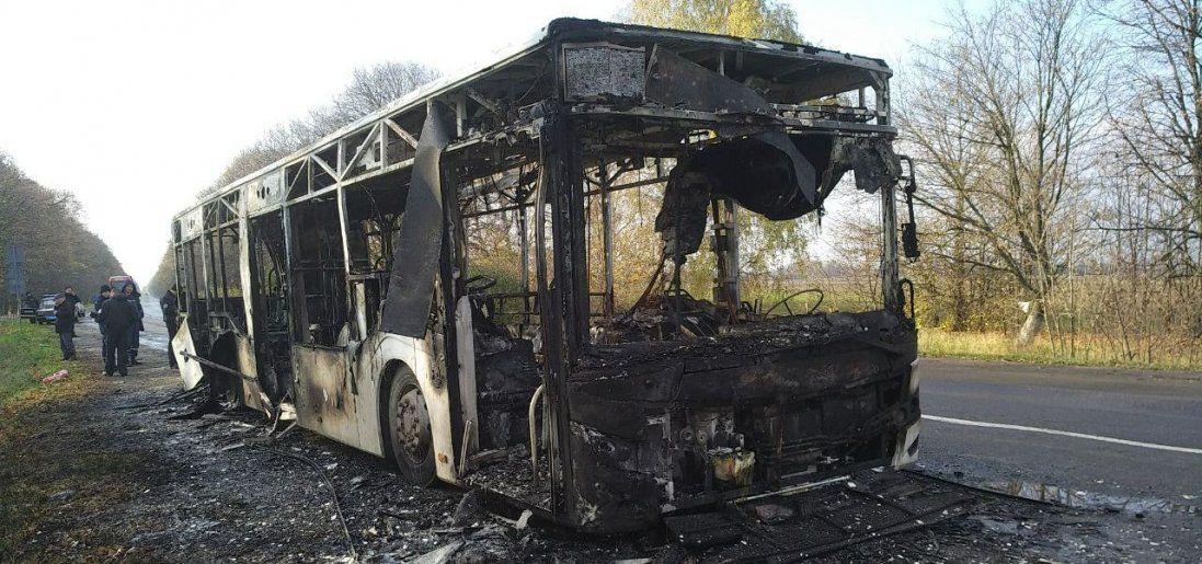У Києві горів автобус з людьми (відео)