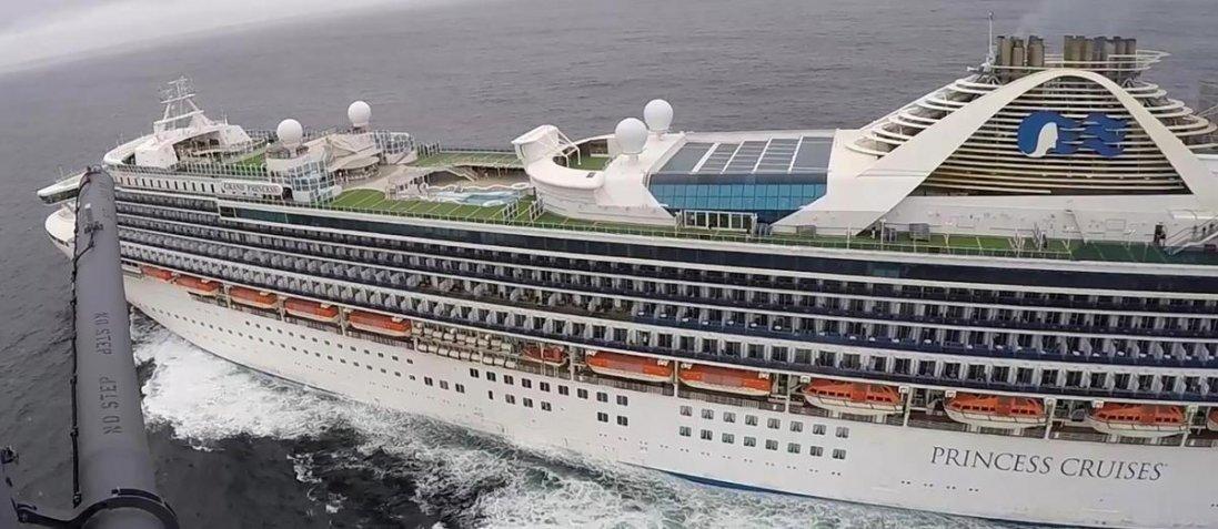 На лайнері в США - 21 випадок коронавірусу: на борту перебувають 49 українців