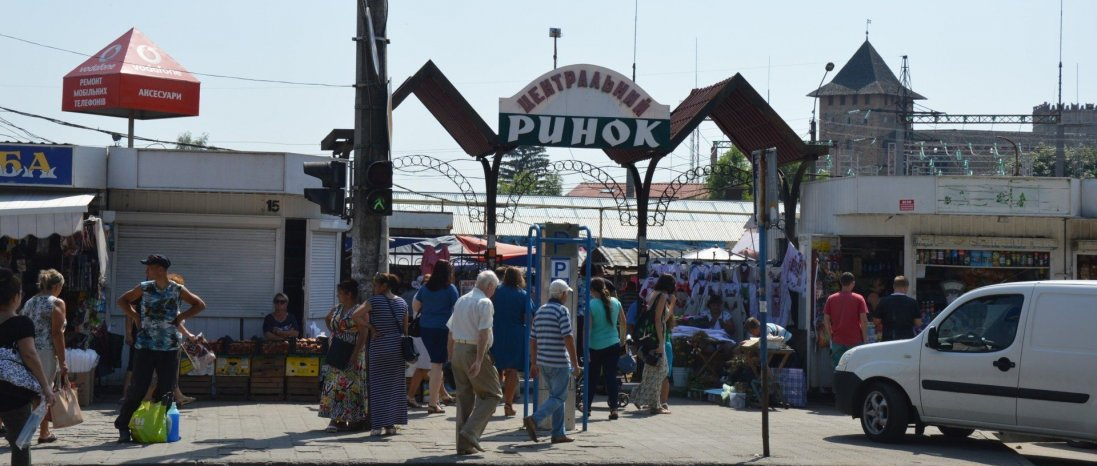 Луцькі муніципали зрізають паркан на Старому ринку