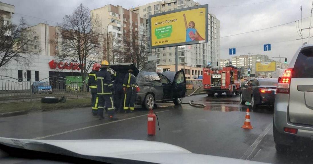 У Луцьку посеред дороги задимівся BMW x5 (фото)