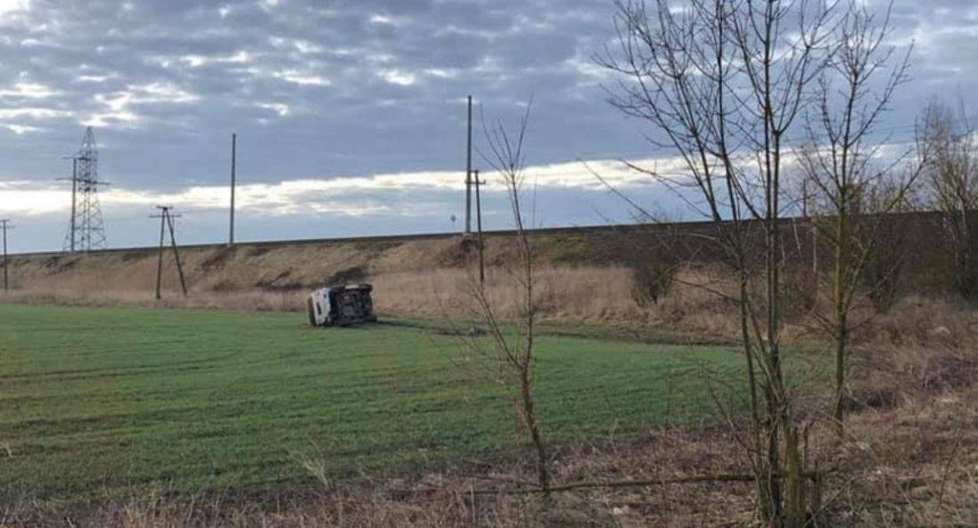 На Волині автомобіль з'їхав на поле і перекинувся (фото)