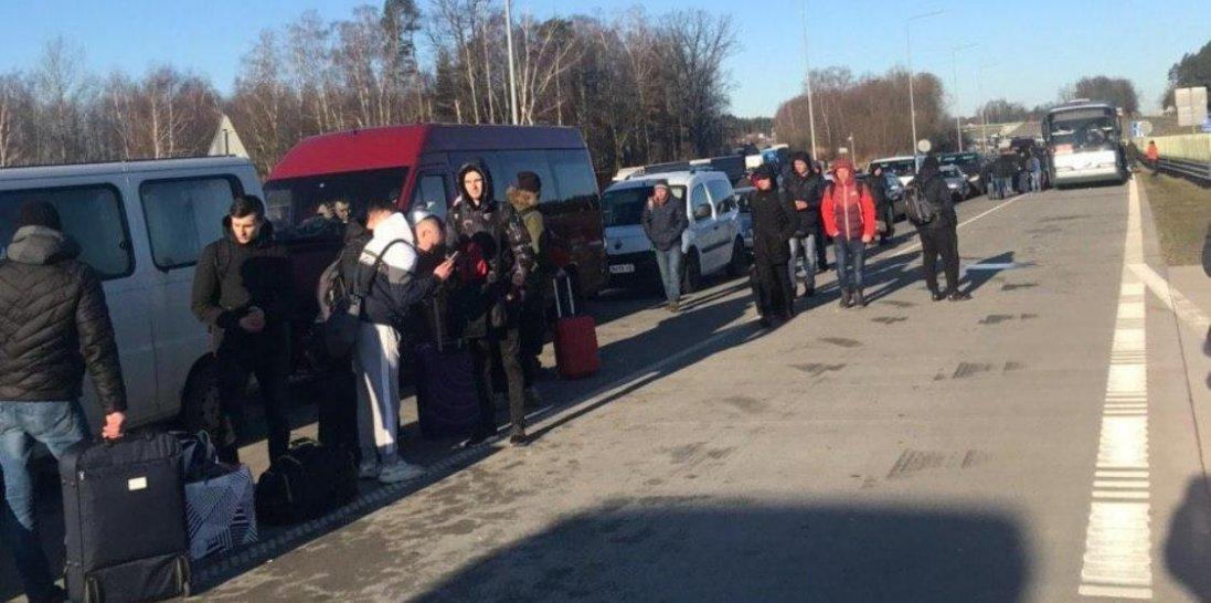 Українці не можуть потрапити додому з Польщі: закритий пішохідний прохід