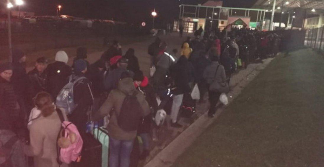 Українські заробітчани штурмують автобуси з Польщі через бажання повернутися додому