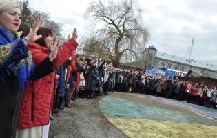 600 людей одночасно заспівали «Червону руту»