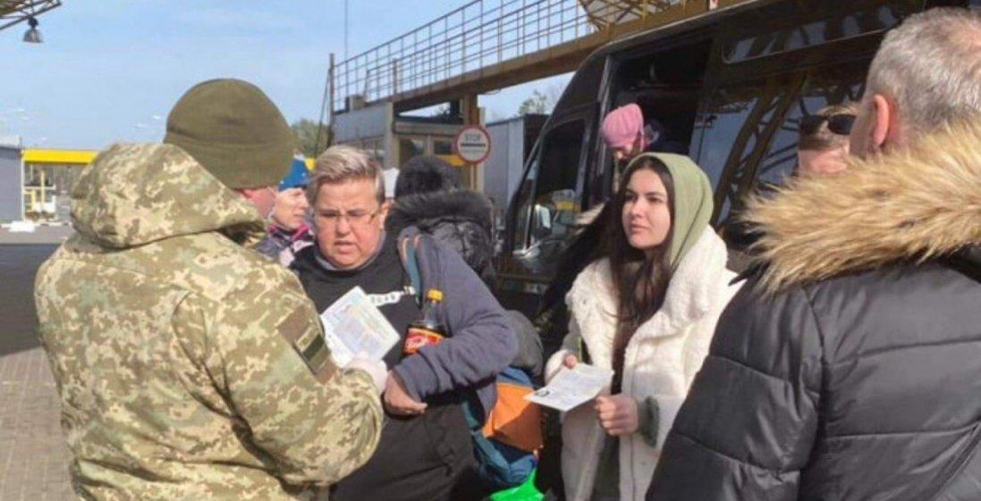 400 осіб, які «застрягли» на польському кордоні, переправили в Україну