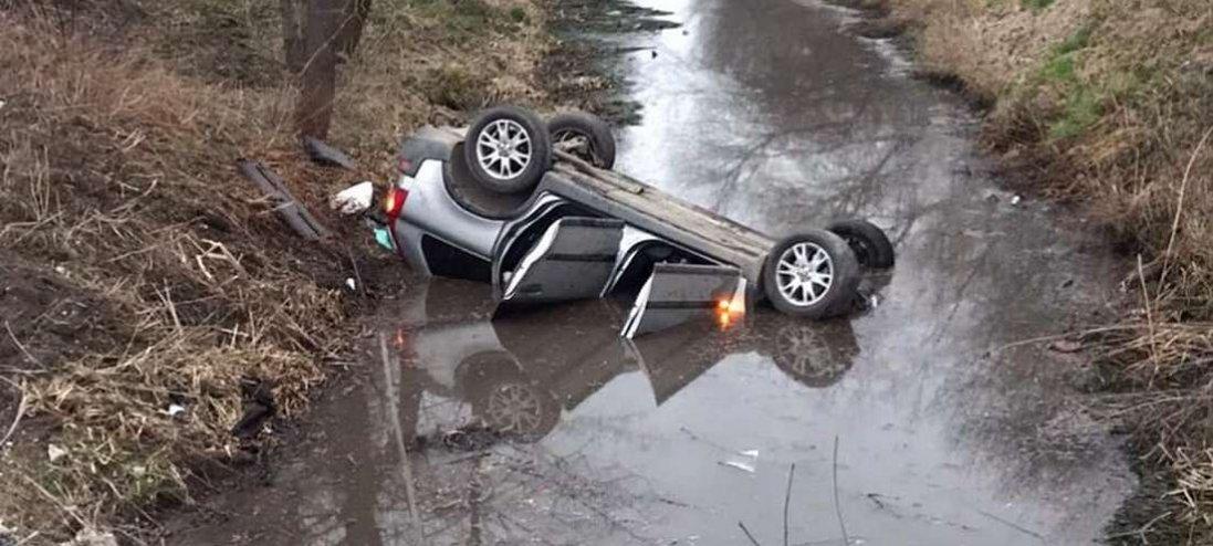 На Волині авто злетіло з дороги в канал і перекинулося на дах