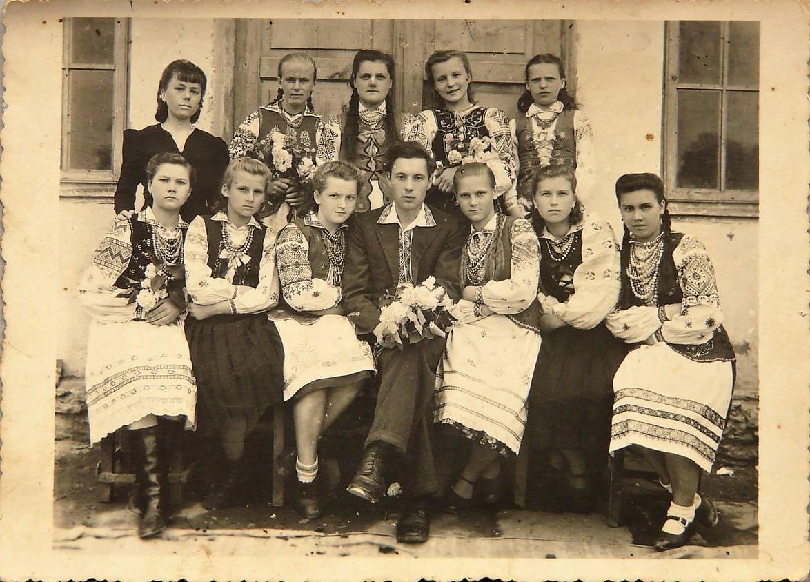Волинь (Рівненщина).   Коли настане вечір і згасне світло дня на пам'ять зфотографувалась уся шкільня сім'я. 12 VII 1946 р.