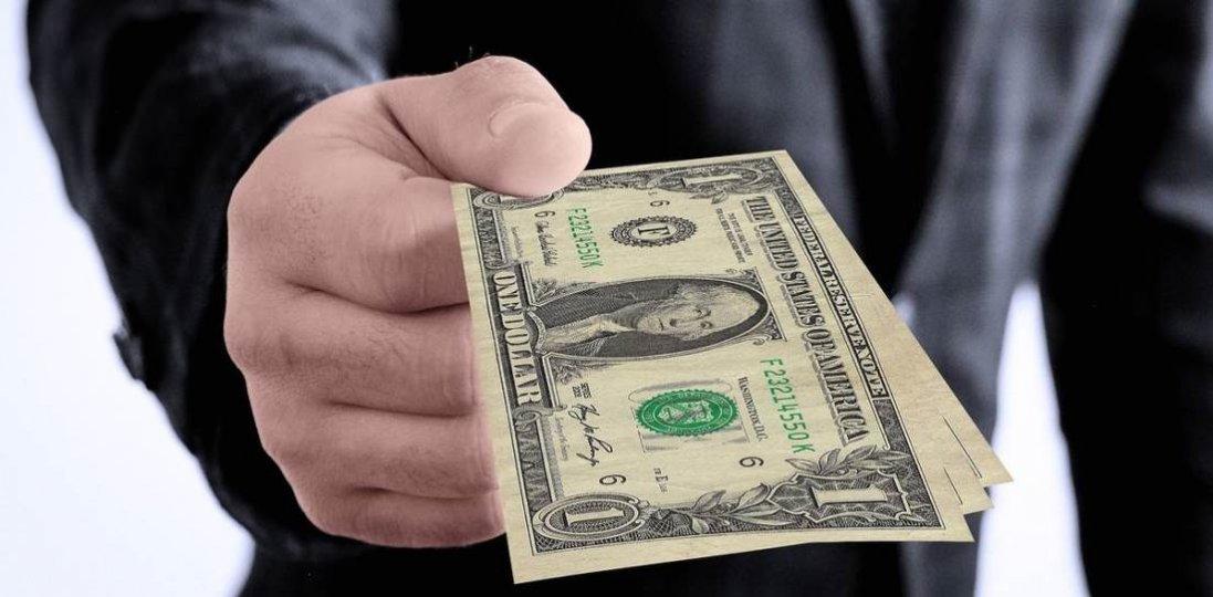Нібито на хабарі: адвокат видурив у лучанина понад три тисячі доларів