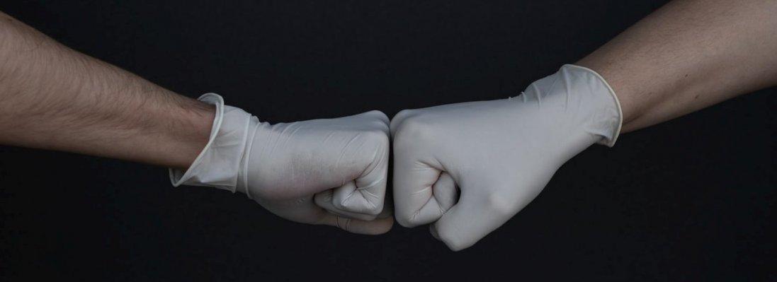 Як правильно знімати медичну маску і рукавички