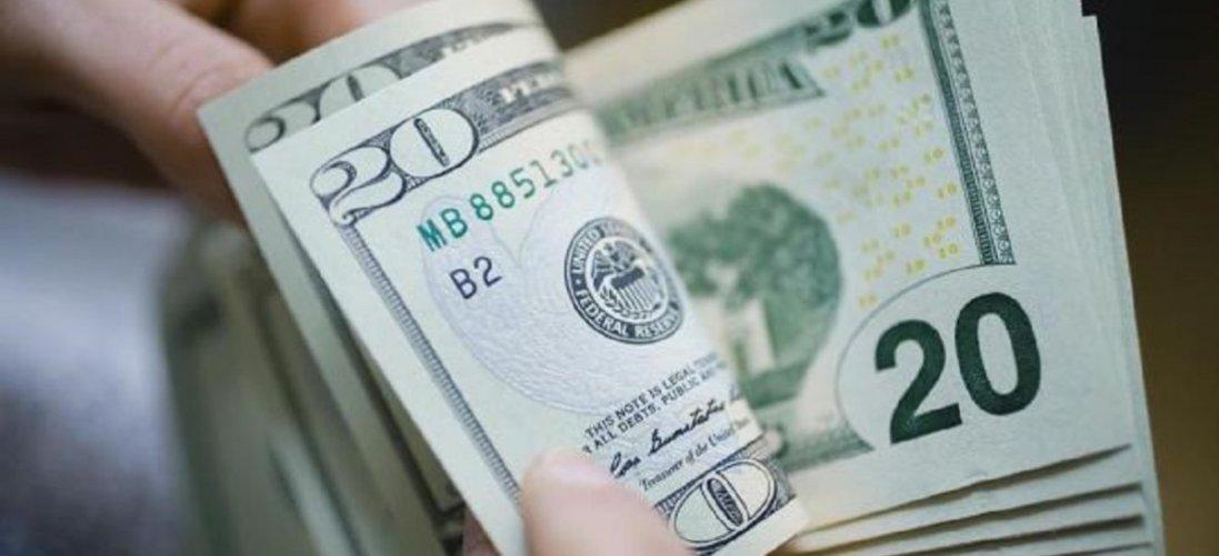 Долар і євро впали у ціні: курс валют на 1 квітня