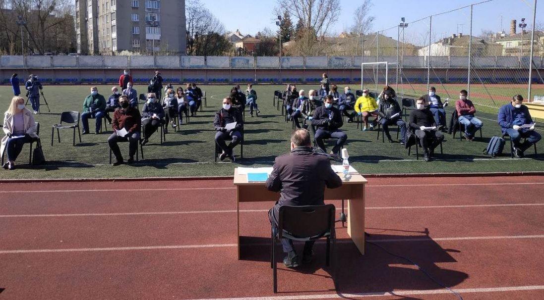 Вперше в історії: фото сесії Луцькради на стадіоні