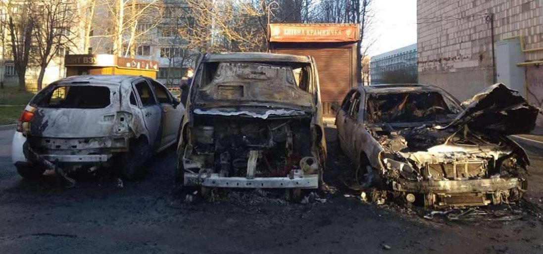 У Луцьку вночі згоріли три автомобілі