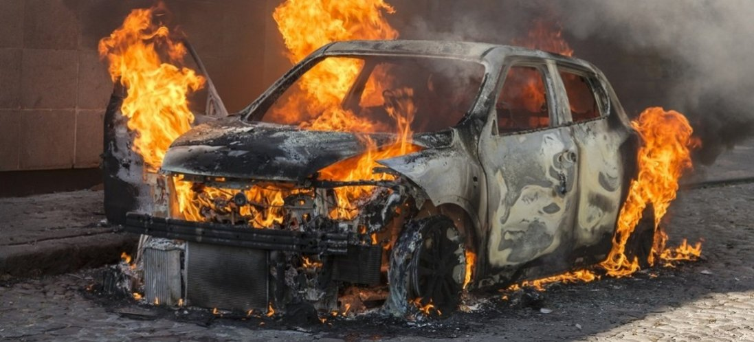 Біля Волинської ОДА вдень згоріло авто