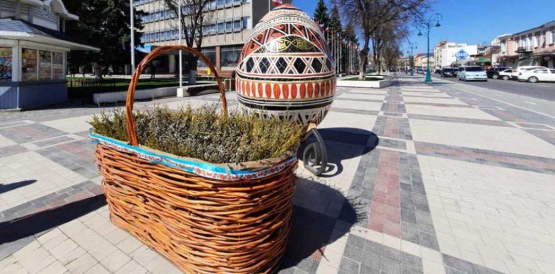 В Кам'янці-Подільському поставили величезний кошик із освяченою вербою
