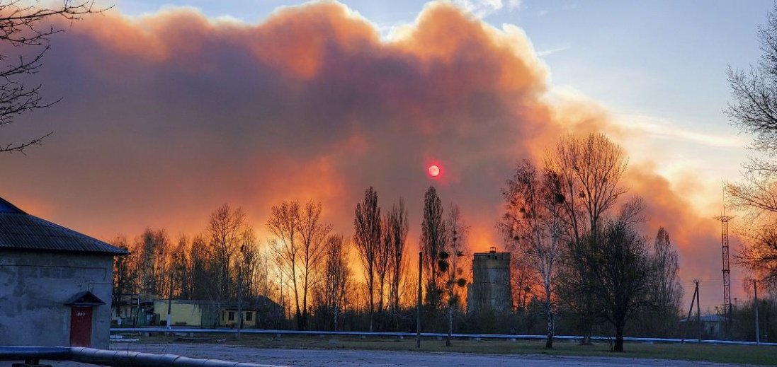 Вогонь в Чорнобилі підбирається до АЕС