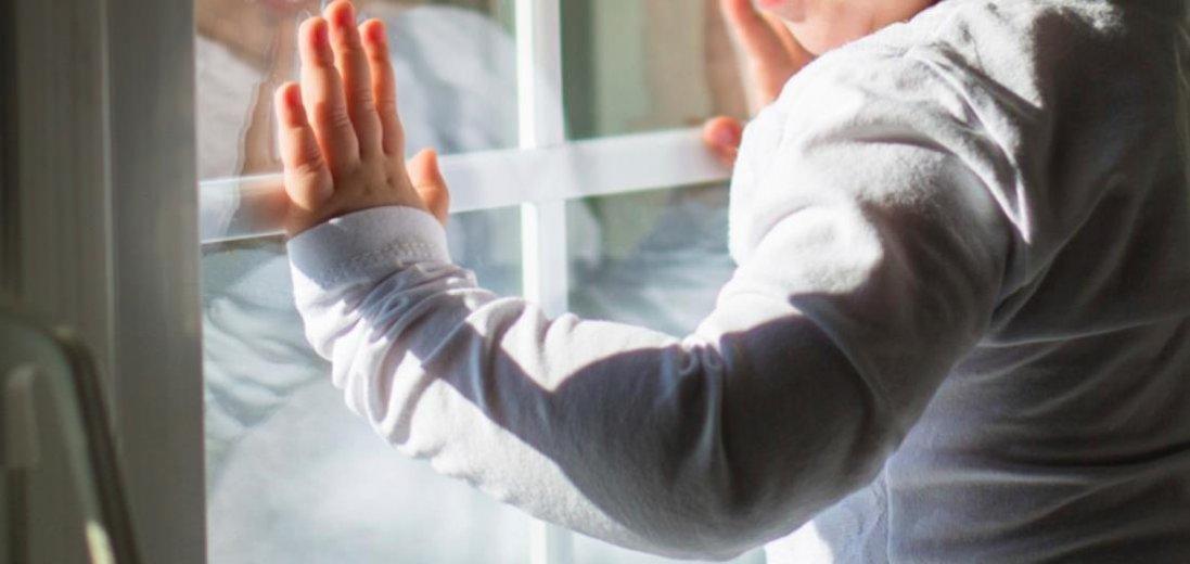 Черепно-мозкова травма і забої: у Луцьку трирічна дівчинка випала з вікна