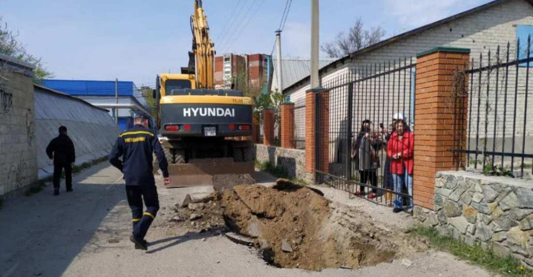 «Не допоможе вам ніхто»: у Дніпрі до церкви перекопали дорогу