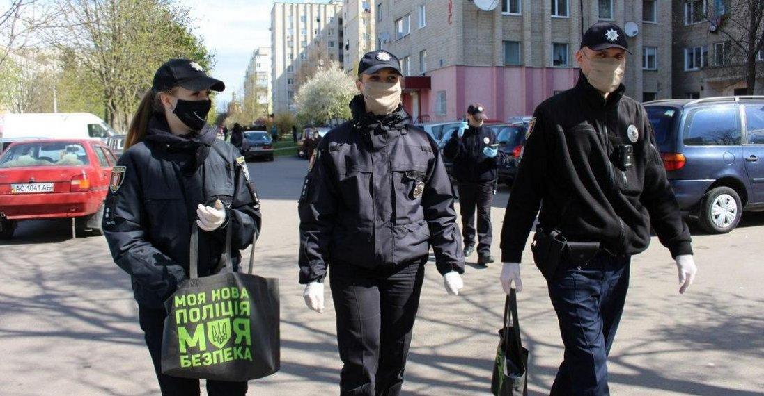 У Луцьку поліція роздавала маски та антисептики