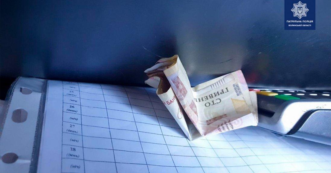 На Волині патрульним тицяли 200 гривень хабаря