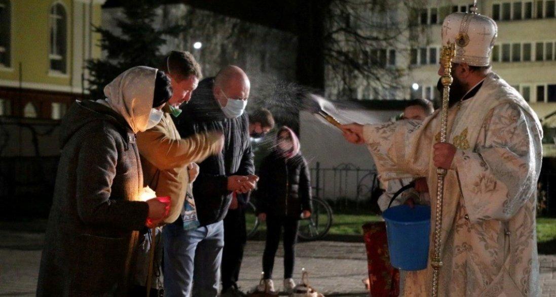Великдень на карантині: як у Луцьку освячували паски