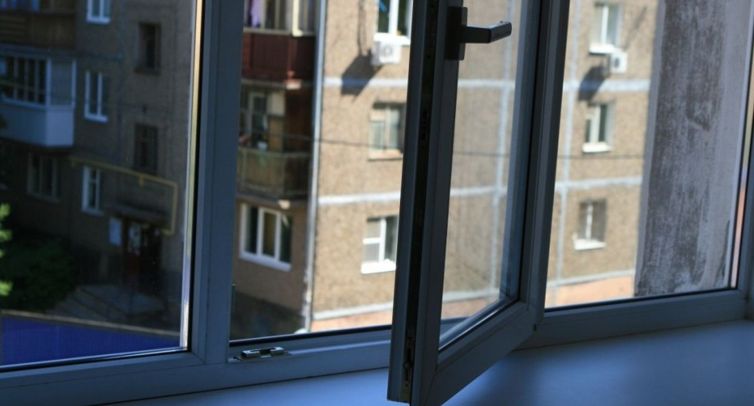 У Дніпрі чоловік випав з вікна багатоповерхівки