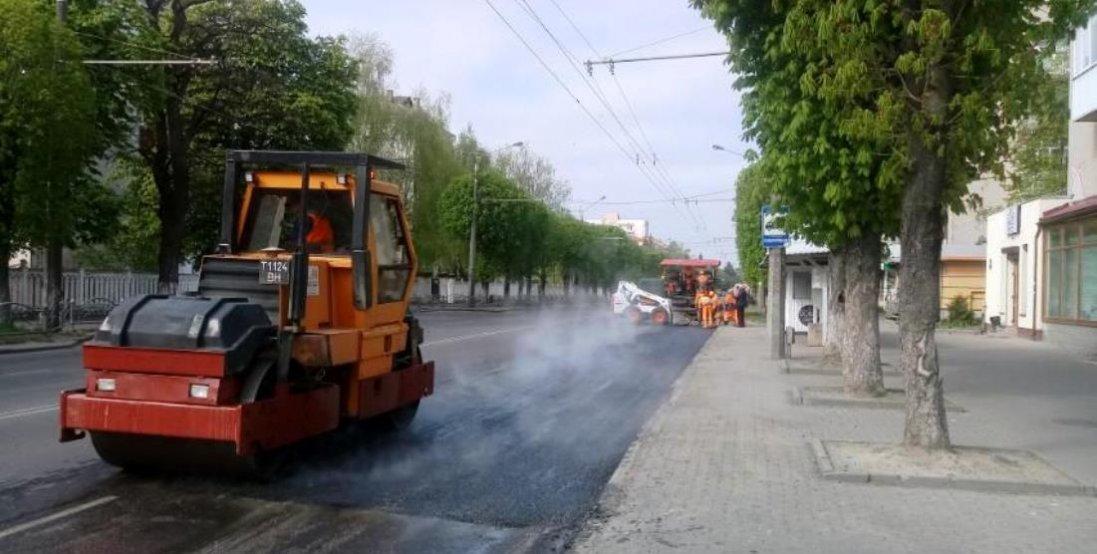 У Луцьку ремонтують асфальтове покриття біля зупинок транспорту