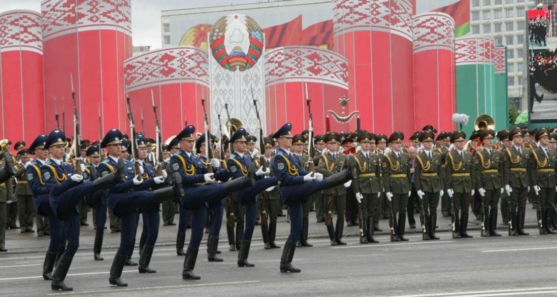 Лукашенко вирішив не скасовувати в Білорусі парад 9 травня