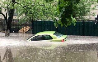 Автомобілі плавають вулицями – сильний дощ затопив Київ