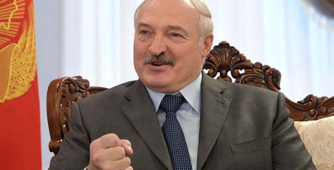 «Цілуйся зі своєю жінкою, а до іншої – не лізь», - рецепт від COVID-19 від Лукашенка