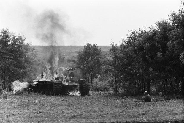 Палаючий радянський танк КВ-1 та угорський солдат в окопі під Харковом. Весна, 1942 рік</em>/ <em>Фото: memory.gov.ua