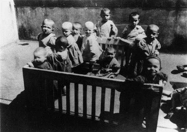 Єврейські малюки в гетто, Лешнів (Львівщина), 1942 – 1943 роки </em>/<em>Фото: memory.gov.ua
