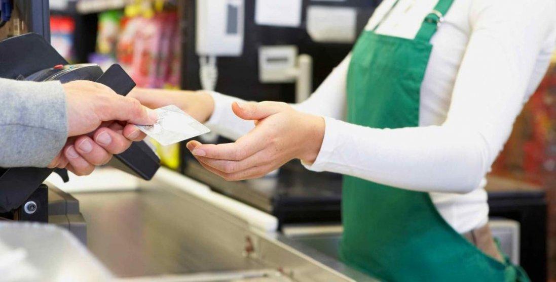 В Україні можна буде зняти готівку з картки в касі магазину – НБУ