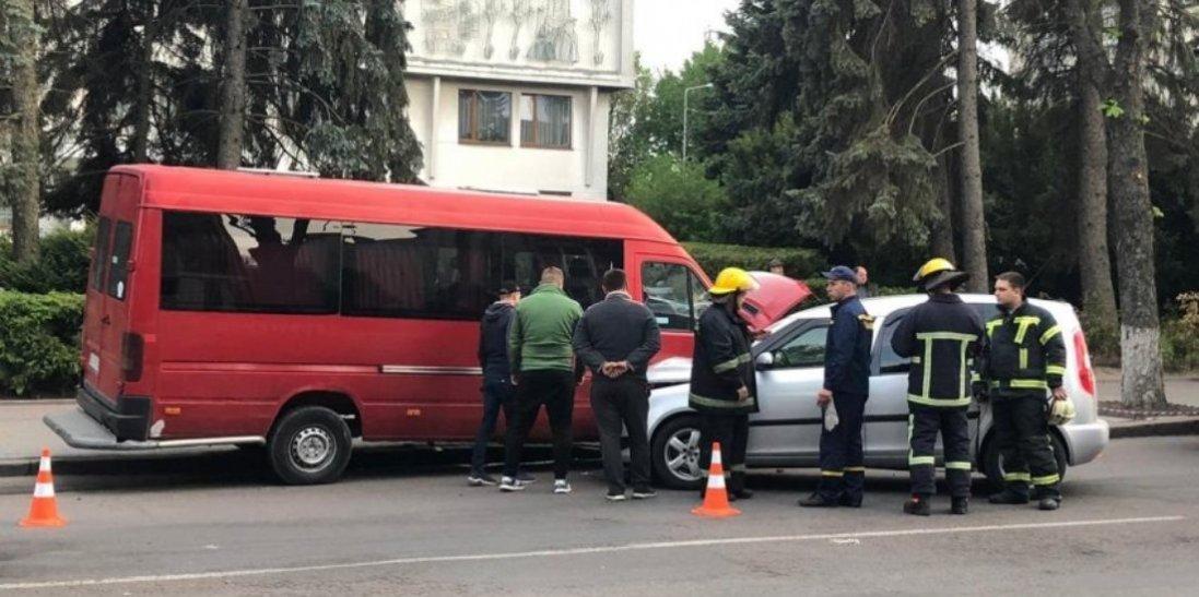 У центрі Луцька автомобіль зіткнувся з бусом