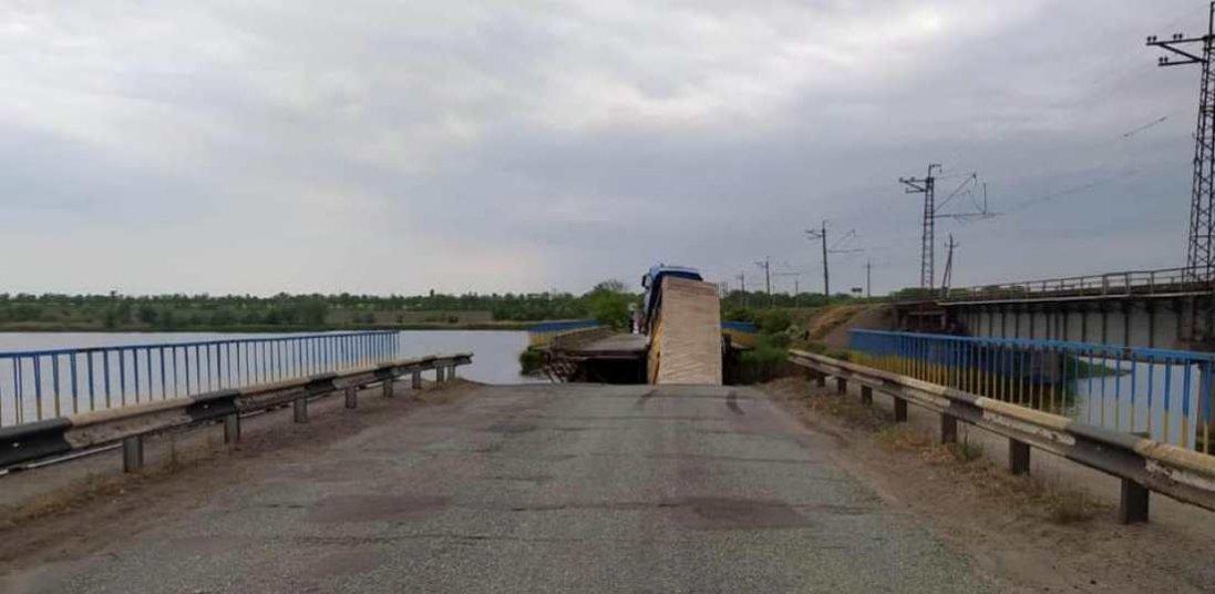 На Дніпропетровщині під вантажівкою обвалився міст