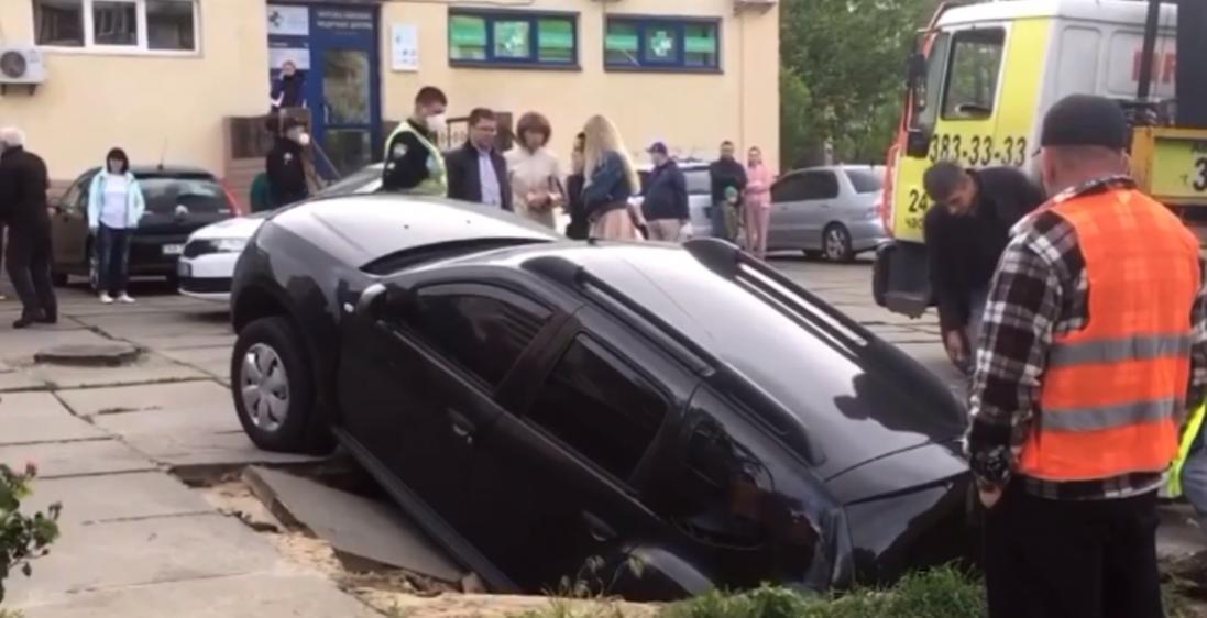 Опублікували відео, як у Києві автомобіль провалився під землю