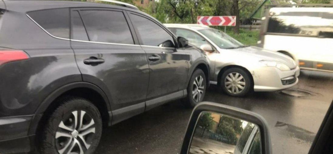 На перехресті в Луцьку один автомобіль в'їхав у інший