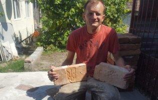 Тернополянин колекціонує дивовижні цеглини