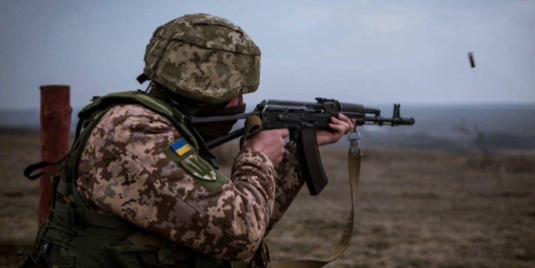 На Донбасі поранили військового