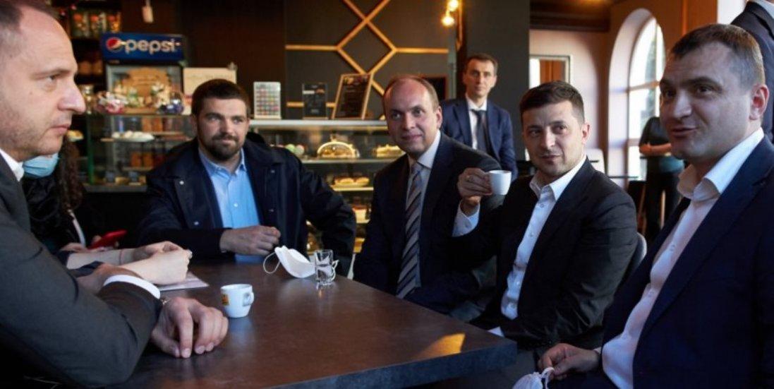У кафе і без соціальної дистанції: як Зеленський пив каву у Хмельницькому