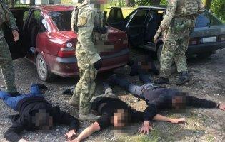 На Дніпропетровщині банда поліцейських змушувала місцевих  вчиняти злочини: платили наркотиками