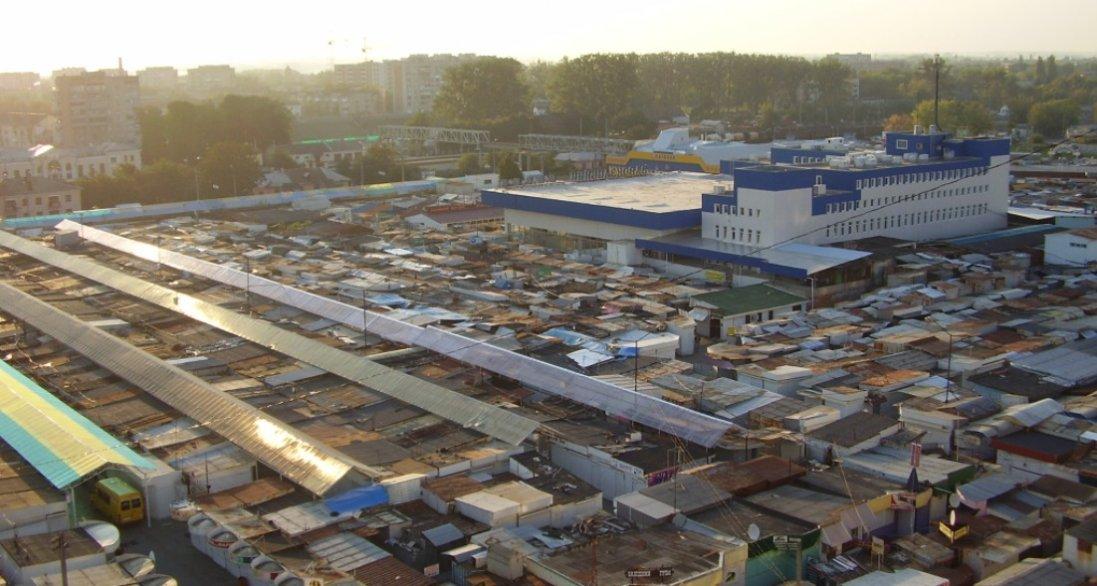 Не міряють температури і скупчуються люди: в Луцьку на ринку порушують карантин