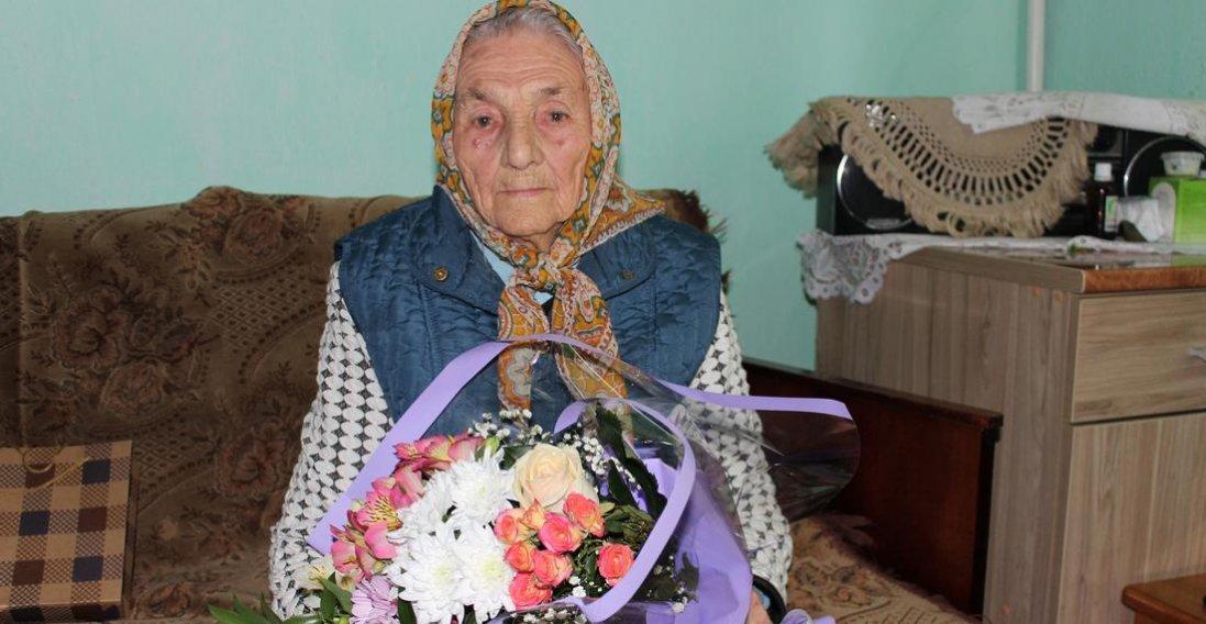 Незвичайна жінка зустріла 106-й день народження, хоча насправді їй 108 років
