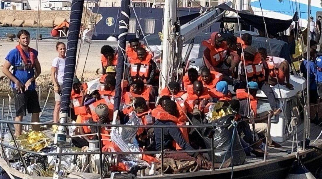 Біля берегів Тунісу затонуло судно з мігрантами: багато загиблих
