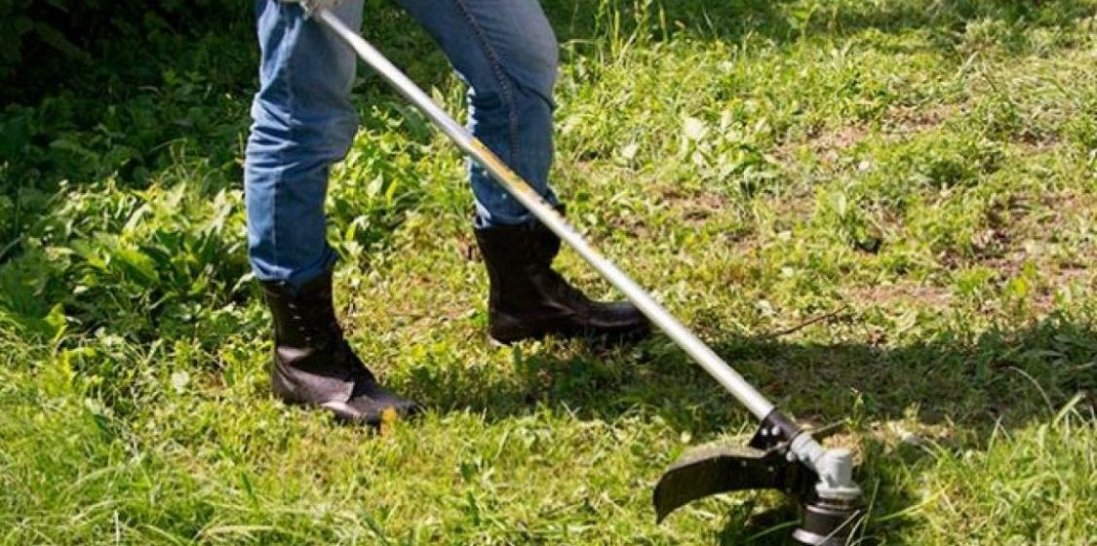 На Волині хлопця вбило струмом під час косіння трави