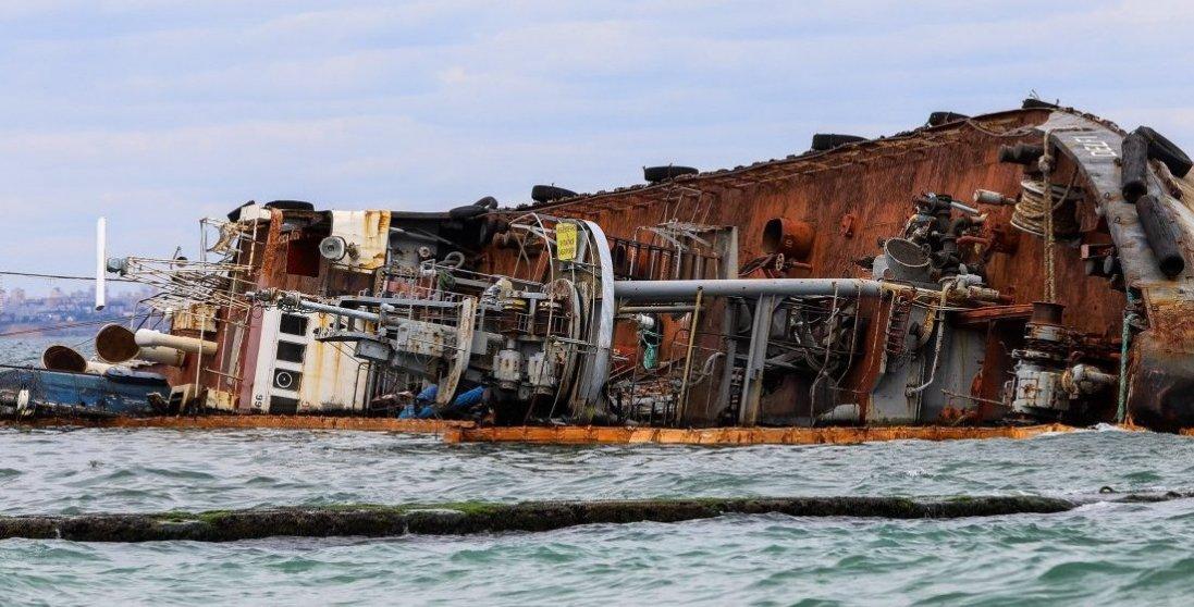 Біля пляжу в Одесі із танкера виливається паливо