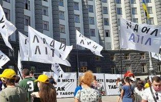 Мітинг під Кабміном: люди просять відновити роботу літніх таборів